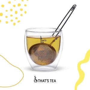 Todos tenemos nuestra 𝘁𝗮𝘇𝗮 favorita, esa que usamos todos los días y a la que nos une un vínculo emocional. Nos representa, activa recuerdos, reconforta y forma parte de nuestra rutina.✨  La 𝘁𝗮𝘇𝗮 𝗱𝗲 𝗰𝗿𝗶𝘀𝘁𝗮𝗹 @thatstea te permite tomar tu té caliente sin quemarte. Tanto si es una bebida caliente o fría, mantiene la temperatura gracias al doble cristal. Su 𝗲𝗹𝗲𝗴𝗮𝗻𝘁𝗲 y 𝗽𝗿𝗮́𝗰𝘁𝗶𝗰𝗼 𝗱𝗶𝘀𝗲𝗻̃𝗼 la convierten en el regalo perfecto para los amantes del Té!🍵🔥  𝘌𝘴𝘱𝘦𝘤𝘪𝘧𝘪𝘤𝘢𝘤𝘪𝘰𝘯𝘦𝘴: taza de vidrio de borosilicato de alta calidad con doble pared. Capacidad 200 ml. 9 x 9,5 cm  ➡️ Consigue tu taza y todos los productos 𝗧𝗵𝗮𝘁'𝘀 𝘁𝗲𝗮 en nuestra tienda o-line🛍️🛒  •  Tots tenim la nostra 𝘁𝗮𝘀𝘀𝗮 favorita, aquesta que usem tots els dies i a la qual ens uneix un vincle emocional. Ens representa, activa records, reconforta i forma part de la nostra rutina.✨  La 𝘁𝗮𝘀𝘀𝗮 𝗱𝗲 𝘃𝗶𝗱𝗿𝗲 La tassa de vidre @thatstea et permet prendre el teu te calent sense cremar-te. Tant si és una beguda calenta o freda, manté la temperatura gràcies al doble vidre. El seu 𝗲𝗹𝗲𝗴𝗮𝗻𝘁 i 𝗽𝗿𝗮̀𝘁𝗶𝗰 disseny la converteixen en el regal perfecte per als amants del Te!🍵🔥  Especificacions: tassa de vidre de borosilicato d'alta qualitat amb doble paret. Capacitat 200 ml. 9 x 9,5 cm  ➡️ Aconsegueix la teva tassa i tots els productes 𝗧𝗵𝗮𝘁'𝘀 𝘁𝗲𝗮 a la nostra botiga o-line🛍️🛒