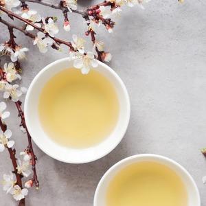 ¡Ya es𝗽𝗿𝗶𝗺𝗮𝘃𝗲𝗿𝗮!🌸Los días empiezan a ser más largos por lo que disfrutamos de más horas de sol, las temperaturas se suavizan, apetece hacer planes al aire libre y tomar bebidas refrescantes como un buen té helado.☀️  No obstante este cambio de estación trae consigo el rebrote de las temidas𝗮𝗹𝗲𝗿𝗴𝗶𝗮𝘀. Para𝗮𝗹𝗶𝘃𝗶𝗮𝗿 𝗹𝗼𝘀 𝘀𝗶́𝗻𝘁𝗼𝗺𝗮𝘀que éstas puedan provocarnos añade a tu té 𝘁𝗼𝗺𝗶𝗹𝗹𝗼, 𝗲𝘂𝗰𝗮𝗹𝗶𝗽𝘁𝗼, 𝗺𝗲𝗻𝘁𝗮 𝗼 𝗿𝗼𝗺𝗲𝗿𝗼que aumentarán tanto nuestras defensas como nuestra energía.🌿  Uno de los tés que mejor combinan con estas especias es el 𝘁𝗲́ 𝘃𝗲𝗿𝗱𝗲 y como lo que más nos importa eres tú, disfruta hasta este domingo 28 de marzo de un 𝗱𝗲𝘀𝗰𝘂𝗲𝗻𝘁𝗼 𝗱𝗲𝗹 10% en todos nuestros tés verdes!🍵  ¡Disfrútalos!https://anytimeisteatime.com/es/15-verde    #anytimeisteatime #greentea #teabenefits #ceremoniadelte #aliviaralergias #stopalergies #descuentoenté #primaverayalergias #remediosnaturales#costumbressaludables #beneficiosdelte #teatime #culturamilenaria #healthygift #teatips #costumbressaludables #chocolate #culturadelté #culturasmilenarias #somosloquecomemos #naturalremedies #remedionatural #healthylife #healthystyle #tealover #ilovetea #teaddict #detox #antiinflamatorio
