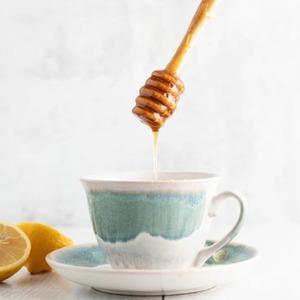 Cuando te 𝗱𝘂𝗲𝗹𝗮la 𝗴𝗮𝗿𝗴𝗮𝗻𝘁𝗮 prueba esta 𝘀𝗲𝗻𝗰𝗶𝗹𝗹𝗮 𝗿𝗲𝗰𝗲𝘁𝗮 que 𝗰𝗮𝗹𝗺𝗮𝗿𝗮́ 𝗹𝗼𝘀 𝘀𝗶́𝗻𝘁𝗼𝗺𝗮𝘀 de una manera totalmente 𝗻𝗮𝘁𝘂𝗿𝗮𝗹.  · 1 cucharadita de miel · El zumo de ½ limón · Una pizca de canela · Agua caliente  Para un mejor sabor y disfrute de este remedio natural te recomendamos añadir estos ingredientes a tu 𝘁𝗲́ 𝗳𝗮𝘃𝗼𝗿𝗶𝘁𝗼 𝗧𝗵𝗮𝘁'𝘀 𝗧𝗲𝗮.  Añadir una 𝗺𝗶𝗲𝗹 𝗱𝗲 𝗴𝗿𝗮𝗻 𝗰𝗮𝗹𝗶𝗱𝗮𝗱 es fundamental. Te recomendamos la miel de @alemany1879  •  Quan et faci𝗺𝗮𝗹 𝗹𝗮 𝗴𝗼𝗹𝗮,prova aquesta 𝘀𝗲𝗻𝘇𝗶𝗹𝗹𝗮 𝗿𝗲𝗰𝗲𝗽𝘁𝗮 que 𝗰𝗮𝗹𝗺𝗮𝗿𝗮̀ 𝗲𝗹𝘀 𝘀𝗶́𝗺𝗽𝘁𝗼𝗺𝗲𝘀 d'una manera totalment 𝗻𝗮𝘁𝘂𝗿𝗮𝗹.  · 1 cullerada de mel · El suc de ½ llimona · Un polsim de canyella · Aigua calenta  Per a un millor sabor i gaudir d'aquest remei natural et recomanem afegir aquests ingredients al teu 𝘁𝗲 𝗳𝗮𝘃𝗼𝗿𝗶𝘁 𝗧𝗵𝗮𝘁'𝘀 𝗧𝗲𝗮.  Afegir una 𝗺𝗲𝗹 𝗱𝗲 𝗴𝗿𝗮𝗻 𝗾𝘂𝗮𝗹𝗶𝘁𝗮𝘁 és fonamental. Et recomanem la mel de @alemany1879