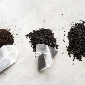 ¿Saquitos, hojas sueltas o bolsas de té?🍃  Elté suelto como THAT'STEA, contienehojas secas enrolladas. Cuanto más entera sea la hoja,mejorserá lacalidad del té.  Lossaquitos de técontienen una mezcla de hojasenteras y rotas dentro de una bolsa en forma de pirámide.  Elté enbolsasson pequeños trozos de lo que alguna vez fue una hoja de té entera.  ➡️ Visita nuestroblog