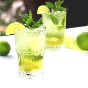 Mojito tea! 🍹  ¡Prepárate un mojito refrescante, saludable y energizante! Te contamos cómo!  🔸Té verde 🔸Menta 🔸Lima 🔸Azúcar 🔸Hielo pilé 🔸Soda  1️⃣Haz un concentrado de infusión de té verde That's Tea y deja enfriar. Son ideales el Gunpowder, el Tokyo Style y el Touareg.  2️⃣Corta la lima en pequeños cuadrados y pon en un vaso unos 5-6. Añade azúcar al gusto (no mucho, ya que al no llevar alcohol, no será necesario endulzar demasiado) y unas hojitas de menta. Machaca con un mortero muy cuidadosamente para extraer el zumo de la lima y el aroma de la menta sin que las hojas se rompan. De lo contrario tendrá un sabor muy amargo.  3️⃣Añade hielo pilé (hielo picado o triturado) y vierte sobre él el concentrado de té. Un chorrito de soda al gusto y tendrás tu Mojito Tea listo!  anytimetea#thatstea#tealife#positivismo#buenaenergia#mojito#mojitotea #téverde#greentea #minttea#cocktailsaludable#healthycocktail#lime#recetastradicionales#recetassabrosas#teawithoutsugar#somosloquecomemos#realfood#realfooding#chocolate#healthystyle#tealover#meriendasdivertidas#ténegro#infusión#blacktea#alimentacionconsciente#vegan#cinnamon#canela