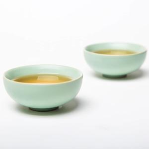 EnChinala costumbre detomar téesmilenaria.El té en China es lo primero y lo último que se sirve con cada comida.  En laChinaantigua, durante la dinastía Tang (618-907), usaban eltécomo bebida medicinal, la cual podía ser mezclada con cebolla, naranja, jengibre y otras especies.  El té es el segundo líquido más consumido en todo el mundo después del agua, y China es el segundo mayor productor, después de la India.  En cada región tienen sus preferencias respecto al tipo de té. EnGuangdongles gusta una variedad nombrada por ellosWu Long, o Té del Dragón, del cual se dice es muy bueno para la piely es unTé Negrosemi fermentado.  EnFujian, consumen una variedad muy famosa por sus poderes curativos, llamadaTé Aguja de Plata (Yin zhen)y es consideradoté blanco. El té Blanco, era consumido expresamente por el emperador y el consumo por el pueblo estaba penado con la muerte.  En la zona deYunnanes típico elPu Erh, o Té Rojo,que es unté Negro post fermentado que se deja añejar en barriles y da como resultado un té de sabor terroso.  Suele servirse en vasos de cristal, pequeños y sin asa aunque el uso de la porcelana y la cerámica son muy populares también en la cultura asiática en general.