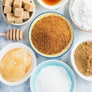 ¿Añades algún tipo de endulzanteatu té o infusión?  La Organización Mundial de la Salud (𝗢𝗠𝗦) recomienda𝗿𝗲𝗱𝘂𝗰𝗶𝗿el𝗰𝗼𝗻𝘀𝘂𝗺𝗼de𝗮𝘇𝘂́𝗰𝗮𝗿al 5 por ciento de la ingesta calórica diaria, lo que equivale a unos 25 gramos al día.  Esto no significa 25 grs. de azúcar añadida.No hay que olvidar que el azúcar está presente en muchos de los alimentos que consumimos a diario.  Añadiendo azúcar modificamos el sabor y reducimoslas propiedadesde los tés e infusiones y que son beneficiosas para nuestro organismo. Puede parecer difícil el proceso de eliminación del azúcar pero de 𝗺𝗮𝗻𝗲𝗿𝗮 𝗽𝗿𝗼𝗴𝗿𝗲𝘀𝗶𝘃𝗮 𝗹𝗼𝗴𝗿𝗮𝗿𝗮́𝘀 𝗲𝗹𝗶𝗺𝗶𝗻𝗮𝗿𝗹𝗼 𝗽𝗼𝗿 𝗰𝗼𝗺𝗽𝗹𝗲𝘁𝗼.  Otros endulzantes como el azúcar moreno o la panela, son igualmente nocivos para nuestra salud. Tan sólo si añadimos una pizca de𝗺𝗶𝗲𝗹de𝗴𝗿𝗮𝗻𝗰𝗮𝗹𝗶𝗱𝗮𝗱obtendremos los beneficios de ésta, a la vez que endulzamos nuestra bebida.🍯  💡Como𝗮𝗹𝘁𝗲𝗿𝗻𝗮𝘁𝗶𝘃𝗮 𝗮𝗹 𝗮𝘇𝘂́𝗰𝗮𝗿,¡𝗮𝗻̃𝗮𝗱𝗲tus tés e infusionesuna pizca de𝗰𝗮𝗻𝗲𝗹𝗮!