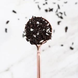 Si eres fan del𝘁𝗲́ 𝗻𝗲𝗴𝗿𝗼, ¡nopuedes dejar de probarlo con ralladurade𝗰𝗼𝗰𝗼!Lo convierte en una bebida𝘂𝗻𝘁𝘂𝗼𝘀𝗮y saciante que junto con un chorrito de leche de vaca o vegetal, harán de tutéfavoritouna𝗲𝘅𝗽𝗲𝗿𝗶𝗲𝗻𝗰𝗶𝗮𝗲𝘅𝗼́𝘁𝗶𝗰𝗮conundulce aroma𝘁𝗿𝗼𝗽𝗶𝗰𝗮𝗹.🌴  Entre los múltiples𝗯𝗲𝗻𝗲𝗳𝗶𝗰𝗶𝗼𝘀 𝗱𝗲𝗹 𝗰𝗼𝗰𝗼destacan sus propiedades𝗮𝗻𝘁𝗶𝗼𝘅𝗶𝗱𝗮𝗻𝘁𝗲𝘀, su capacidad para regular la presión sanguínea y disminuir los triglicéridos. Además es rico en𝗳𝗶𝗯𝗿𝗮𝘀y𝗺𝗶𝗻𝗲𝗿𝗮𝗹𝗲𝘀(potasio, fósforo, magnesio, hierro y vitaminas E, C, y B).🥥  Añade a tu té el coco rallado @burriac_rr que podrás encontrar en tu establecimiento habitual.