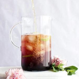 ¡Té helado con menta y arándanos! 😋 Cold Brew mint blueberry iced tea!  El cold brew es un sistema de infusionado en frío, generalmente en agua natural, mediante el cual se extraen aroma y sabor en un proceso que por la temperatura del agua y dependiendo del tipo de té puede durar entre 2 y 12 horas.   Ingredientes:   🔸 60ml de zumo de arándanos 🔸 2 limas 🔸 Menta fresca 🔸 5 cucharadas dosificadoras de Touareg That's Té (Té verde con Menta) 🔸 cubitos de hielo 🔸 1 litro de agua 🔸 Endulzante al gusto  Infusionar en 1 litro de agua natural el té verde durante 4-5 horas (Si lo prefieres puedes dejarlo infusionar toda la noche). Colar, añadir el resto de los ingredientes y ¡listo! Así de fácil.   Disfruta de un refresco natural con todas las propiedades del té verde y los arándanos.   #anytimetea #thatstea #tealife #positivismo #buenaenergia #buenosdeseos #desayunos #desayunossaludables #recetasconté #teconmenta #blueberryicedtea #coldbewtea #teawithoutsugar #teabenefits #somosloquecomemos #realfood #realfooding #chocolate #healthystyle #tealover #ilovetea #meriendasdivertidas #ideasoriginales #vegan #infusion #canela #alimentacionconsciente #teabreackfast #desayunaconté #laimportanciadeldesayuno