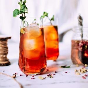 ¡Refréscate con té en verano!💦  ¿Te parece que es una bebida de invierno? ¡De eso nada! Conviértela en una bebida refrescante y disfruta de todos sus aportes. ¡Hidrátate con té!  Añade hielo, fruta y si eres de los que les gustan las bebidas gaseosas, añade también un chorrito de soda o agua con gas!🍹  𝖢𝗈𝗇𝗌𝖾𝗃𝗈:para obtener el mejor sabor, haz una infusión concentrada ya que al añadirle hielo perderá intensidad.   Otro truco es el de elaborar tus propios cubitos de hielo con té y frutas! Te contamos cómo en nuestro post del pasado 28 de mayo➡️https://www.instagram.com/p/CPahw3FB-xy/  #anytimetea#thatstea#tealife#positivismo#buenaenergia#buenosdeseos#vidadeté#tealife#recetasconté#frutaconchocolate#recetastradicionales#recetassabrosas#teawithoutsugar#teabenefits#somosloquecomemos#realfood#realfooding#chocolate#healthystyle#tealover#ilovetea#meriendasdivertidas#ideasoriginales#vegan#infusion#canela#alimentacionconsciente#tenegro#blacktea#rooibos