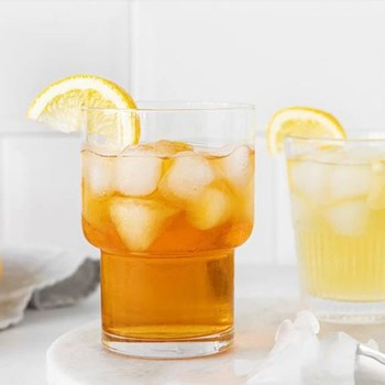 Cold Brew per al teu te! El Cold Brew és un procés de remull lent que resulta en un te de sabor més dolç i suau. Qualsevol tipus de te és bo, encara que el te vermell és el que millor queda. T'ensenyem a fer-ho! 1_ Utilitza aigua mineral freda o a temperatura ambient. No cal bullir i això ajuda a que no amargui el sabor. 2_ En un recipient hermètic posa l'aigua i el te i deixa-ho a la nevera durant un mínim de 12 hores. 3_ Cola les fulles de te. 4_ Aboca el te en una tassa amb o sense gel. 🍵😋 • ¡Cold Brew para tu té! El Cold Brew es un proceso de remojo lento que crea un té de sabor más dulce y suave. Cualquier tipo de té es bueno, aunque el té rojo es el que mejor resulta.  ¡Te enseñamos a hacerlo! 1_ Usa agua mineral fría o a temperatura ambiente. No es necesario hervir y eso ayuda a que no amargue el sabor. 2_ En un recipiente hermético pon el agua y el té y déjalo en la nevera durante al menos 12 horas. 3_ Cuela las hojas de té. 4_ Vierte el té en una taza con o sin hielo.