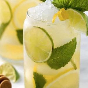 ¡Por fin es viernes! Para el fin de semana te proponemos una𝗿𝗲𝗰𝗲𝘁𝗮muy𝗿𝗲𝗳𝗿𝗲𝘀𝗰𝗮𝗻𝘁𝗲, que aportará todos los beneficios del té verde, entre ellos, energía para disfrutar de todos tus planes.🍹  𝗜𝗰𝗲𝗱 𝗴𝗿𝗲𝗲𝗻 𝘁𝗲𝗮 𝘄𝗶𝘁𝗵 𝗳𝗿𝗲𝘀𝗵 𝗺𝗶𝗻𝘁!  Para elaborar la receta deberemos seguir el proceso de infusionado en frío de nuestro té durante 6 horas. Este proceso es conocido en teterías por la nomenclatura inglesa '𝗖𝗼𝗹𝗱 𝗯𝗿𝗲𝘄'. Mediante este proceso de infusionado obtendremos un sabor muy fino y suave.  🔸Infusionar en agua fría a razón de 2,5/3 grs. de hojas de té verde por cada taza de té y dejar reposar durante 6 horas.  🔸Traspasado este tiempo, colar las hojas.  🔸Añadir hielo al gusto, menta fresca🍃, limón o lima🍋y ¡a disfrutar!  𝗡𝗼𝘁𝗮: Si te gustan las bebidas𝗴𝗮𝘀𝗲𝗼𝘀𝗮𝘀te recomendamos𝗮𝗻̃𝗮𝗱𝗶𝗿𝘀𝗼𝗱𝗮o en su defecto𝗮𝗴𝘂𝗮 𝗰𝗼𝗻 𝗴𝗮𝘀y tendrás tu propio𝗿𝗲𝗳𝗿𝗲𝘀𝗰𝗼 𝗻𝗮𝘁𝘂𝗿𝗮𝗹al gusto. Para los amantes de la𝗻𝗮𝗿𝗮𝗻𝗷𝗮🍊, esta combinación también es perfecta para maridar con esta magnífica fruta de las tierras del Turia.    #anytimetea #thatstea #coldbrewtea #coldbrew #icedgreentea #healthydrink #specialgift #regaloespecial #teatips #costumbressaludables #culturadelte #culturadelté #culturasmilenarias #amantesdelté #somosloquecomemos #naturalremedies #remedionatural #healthylife #healthystyle #tealover #ilovetea #tealife #teaddict #whitetea #detox #depurativo #yogalife #yogibcn #antiinflamatorio #melatoninanatural