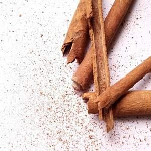 Y tú, ¿como tomaselté? Añádele una pizca de canela y déjate sorprender por suaroma.  Lacanelatiene efecto antibiótico, mejora la resistencia de los tejidos, es antiinflamatoria, reduce el colesterol, equilibra los niveles de glucosa en sangre y mejora la digestión.Gracias a su poder saciante ¡evitarás picar entre horas!😜  Si aún no lo has probado y eres de té negro, no te puede faltar en casa el Cinnamon Addiction That's Tea! • Com prens el te? Afegeix-li un polsim de canyella i deixa't sorprendre pel seu aroma.  La canyella té efecte antibiòtic, millora la resistència dels teixits, és antiinflamatòria, redueix el colesterol, equilibra els nivells de glucosa en sang i millora la digestió. Gràcies a seu poder saciant evitaràs picar entre hores!  Si encara no l'has provat i ets de te negre, no et pot faltar a casa el Cinnamon Addiction That's Tea!