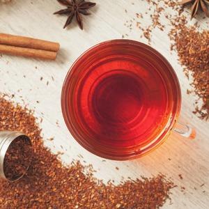 El𝗿𝗼𝗼𝗶𝗯𝗼𝘀(nombre científico Aspalathus linearis) es una planta de origen𝘀𝘂𝗱𝗮𝗳𝗿𝗶𝗰𝗮𝗻𝗼cuyo nombre significa arbusto rojo.🌾  Nos encontramos en plena temporada de cosecha ya que tiene lugar entre los meses de enero y marzo.   Es una planta autóctona de la regiónmontañosa de𝗖𝗲𝗱𝗲𝗿𝗯𝗲𝗿𝗴 justo al norte de Ciudad del Cabo en la que en esta época pueden llegar a alcanzar los 45º durante el día y los 18 durante la noche.⛰️  Por su𝗰𝗼𝗹𝗼𝗿 𝗿𝗼𝗷𝗶𝘇𝗼, hay muchos que lo llaman té rojo o té africano y al no contener teína, lo convierte en una buena opción para aquellos que anhelan una infusión caliente en las horas previas a la hora de dormir.🌙  Lo popularizaron los holandeses que vivían en Sudáfrica. Ante las dificultades económocas de importar té negro allá por le sigloXVIII, buscaron una alternativa y éste se comercializó de manera más global a partir de la década de los años 30.
