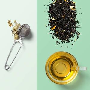 Infusor de té. En bola, pinza o filtros de papel.  Para extraer el mejor sabor y propiedades a nuestras infusiones es importante seguir las siguientes recomendaciones:  1.𝗠𝗲𝗱𝗶𝗿bien la𝗰𝗮𝗻𝘁𝗶𝗱𝗮𝗱de𝘁𝗲́por taza. Para ello es ideal nuestra𝗰𝘂𝗰𝗵𝗮𝗿𝗮 𝗱𝗼𝘀𝗶𝗳𝗶𝗰𝗮𝗱𝗼𝗿𝗮. Cada tipo de hoja tiene un peso y volumen distinto por lo que no es exacto calcular la cantidad de té en gramos.  2. La𝘁𝗲𝗺𝗽𝗲𝗿𝗮𝘁𝘂𝗿𝗮del𝗮𝗴𝘂𝗮es fundamental. Cada tipo de té requiere la suya.  En nuestro siguiente post podrás consultar los grados y tiempos😉➡️https://www.instagram.com/p/CMACLeHhKIw/  3. El𝘁𝗶𝗲𝗺𝗽𝗼de𝗶𝗻𝗳𝘂𝘀𝗶𝗼𝗻𝗮𝗱𝗼. Igual que sucede con la temperatura del agua, varía para cada tipo de té. Excederse en el tiempo, hará que el sabor de nuestro té sea más amargo. Sucedería igual con el exceso en la cantidad de té.  anytimetea#thatstea#tealife#positivismo#buenaenergia#desayunossaludables#teainfuser #bolainfusora#infusionador #infusor#infusorbola#filtrosdepapel#teafilter#recetastradicionales#recetassabrosas#teawithoutsugar#somosloquecomemos#realfood#realfooding#chocolate#healthystyle#tealover#meriendasdivertidas#ténegro#infusión#blacktea#alimentacionconsciente#vegan#cinnamon#canela