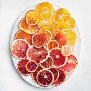 Fruta deshidratada🍊🍋🍏🍎🍍🥒 ¿Sabes como deshidratar fruta para añadir a tus tés e infusiones? ¡Te contamos cómo!  1.Corta en rodajas todos los cítricos. Limón, naranja, pomelo...Te recomendamos hacer rodajas de aprox. medio centímetro.  2.Deja reposar las rodajas con agua y limón para evitar que se oxiden, durante unos 30 minutos.  3.Seca con un paño lo máximo que puedas sin extraer el jugo natural de la fruta.  4.Coloca la fruta en una bandeja y hornea a 90º durante 4 horas. Enfriar y ¡listo!  Guárdala en un recipiente de cristal protegido de la humedad.  💡Si tienes un deshidratador de alimentos, los tiempos son distintos. deberás dejarlo durante unas 6-8 horas a 70º.    #anytimetea#thatstea#tealife#positivismo#buenaenergia#buenosdeseos#desayunossaludables#recetasconté#frutadeshidratada #driedfruit#recetastradicionales#recetassabrosas#teawithoutsugar#teabenefits#somosloquecomemos#realfood#realfooding#chocolate#healthystyle#tealover#ilovetea#meriendasdivertidas#ideasoriginales#vegan#infusion#canela#alimentacionconsciente#teabreackfast#desayunaconté#laimportanciadeldesayuno