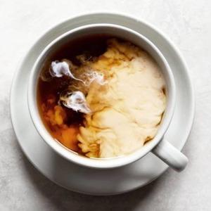 Té con leche. En Europa, el hábito de𝗮𝗻̃𝗮𝗱𝗶𝗿 𝗹𝗲𝗰𝗵𝗲 𝗮𝗹 𝘁𝗲́fue introducido por los británicos.Sociedad consumidorade té negro proveniente de India, para conseguir𝘀𝘂𝗮𝘃𝗶𝘇𝗮𝗿esta preciada bebida con ligero toque amargo,empezaron a acompañarlo con una'nube'delechede vaca.  Desde entonces son múltiples las recetas y variedades de té con leche que se conocen, así como los tipos de leche que se utilizan para elaborarlas, desde la clásica leche de vaca a la múltiple variedad de bebidas vegetales.  Además de𝘀𝘂𝗮𝘃𝗶𝘇𝗮𝗿𝗲𝗹𝘀𝗮𝗯𝗼𝗿de nuestro té, conseguiremos una𝘁𝗲𝘅𝘁𝘂𝗿𝗮más𝘂𝗻𝘁𝘂𝗼𝘀𝗮y𝗽𝗿𝗼𝘁𝗲𝗴𝗲𝗿𝗲𝗺𝗼𝘀el𝗲𝘀𝗺𝗮𝗹𝘁𝗲de nuestros𝗱𝗶𝗲𝗻𝘁𝗲𝘀.   #anytimeisteatime #thatstea #milktea #tealatte #teconleche #smoothietea #ritualmeditation #japanessetea #metitation #costumbressaludables #beneficiosdelte #teatime #culturamilenaria #healthygift #teatips #costumbressaludables #chocolate #culturadelté #culturasmilenarias #somosloquecomemos #naturalremedies #remedionatural #healthylife #healthystyle #tealover #ilovetea #teaddict #detox #antiinflamatorio