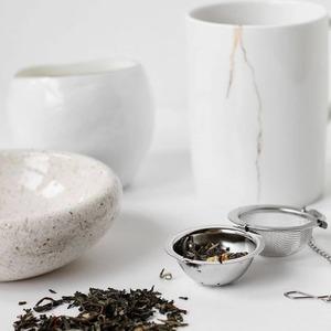 Cada día sin pretenderlo seguimos𝗿𝗶𝘁𝘂𝗮𝗹𝗲𝘀que nos aportan𝗽𝗮𝘇y𝗳𝗲𝗹𝗶𝗰𝗶𝗱𝗮𝗱como esos momentos en los que sostenemos nuestra taza de té con las dos manos y sentimos el calor y el aroma de nuestra bebida favorita. Sentimos que nos cuidamos, por dentro y por fuera. Nos evadimos y nos lleva a soñar.💭  La𝗰𝗲𝗿𝗲𝗺𝗼𝗻𝗶𝗮 𝗱𝗲𝗹 𝘁𝗲́en sí forma parte de los rituales de𝗺𝗲𝗱𝗶𝘁𝗮𝗰𝗶𝗼́𝗻 𝗭𝗲𝗻y el significado del ritual Japonés llamado 'Ichigo', el más conocido en el mundo, significa '𝗺𝗼𝗺𝗲𝗻𝘁𝗼 𝗱𝗲 𝗲𝗻𝗰𝘂𝗲𝗻𝘁𝗿𝗼'.  Se trata de conectar, de crear un momento único enfocando todos los sentidos hacia el presente y vivirlo con plenitud.    #anytimeisteatime #thatstea #teabenefits #ceremoniadelte #ichigo #ritualdemeditacion #ritualmeditation #japanessetea #metitation #costumbressaludables #beneficiosdelte #teatime #culturamilenaria #healthygift #curcuma #costumbressaludables #chocolate #culturadelté #culturasmilenarias #somosloquecomemos #naturalremedies #remedionatural #healthylife #healthystyle #tealover #ilovetea #teaddict #detox #antiinflamatorio