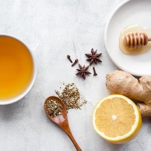 CinnamonDetox Tea. Ayuda a𝗱𝗲𝗽𝘂𝗿𝗮𝗿tu𝗼𝗿𝗴𝗮𝗻𝗶𝘀𝗺𝗼con esta rica y sencilla receta.   Día tras día estamos 𝗲𝘅𝗽𝘂𝗲𝘀𝘁𝗼𝘀 a 𝘁𝗼𝘅𝗶𝗻𝗮𝘀 que pueden causar daño en nuestro organismo y que pueden estar generadas por una 𝗮𝗹𝗶𝗺𝗲𝗻𝘁𝗮𝗰𝗶𝗼́𝗻 𝗶𝗻𝗮𝗱𝗲𝗰𝘂𝗮𝗱𝗮 o por agentes externos como la 𝗽𝗼𝗹𝘂𝗰𝗶𝗼́𝗻.  Tomar𝗯𝗲𝗯𝗶𝗱𝗮𝘀𝗻𝗮𝘁𝘂𝗿𝗮𝗹𝗲𝘀 a base de hojas de𝘁𝗲́, ayudará a 𝗺𝗲𝗷𝗼𝗿𝗮𝗿 nuestra 𝗦𝗮𝗹𝘂𝗱 evitando que los órganos depurativos sufran algún tipo de trastorno.  La𝗮𝗰𝘂𝗺𝘂𝗹𝗮𝗰𝗶𝗼́𝗻 𝗲𝘅𝗰𝗲𝘀𝗶𝘃𝗮 𝗱𝗲 𝘁𝗼𝘅𝗶𝗻𝗮𝘀pueden generar problemas digestivos, insomnio, retención de líquidos e incluso diarrea, entre otros.  Siguiendo una𝗱𝗶𝗲𝘁𝗮𝗱𝗲𝗽𝘂𝗿𝗮𝘁𝗶𝘃𝗮a través de un plan nutritivo que no abuse de alimentos como las carnes rojas, los azúcares, las grasas o las harinas, nos ayudará a𝗹𝗶𝗺𝗽𝗶𝗮𝗿nuestro𝗼𝗿𝗴𝗮𝗻𝗶𝘀𝗺𝗼.  𝗖𝗶𝗻𝗻𝗮𝗺𝗼𝗻 𝗗𝗲𝘁𝗼𝘅 𝗧𝗲𝗮  • Té verde🍃 • 1 rama de canela • 1 cdta. de miel🍯 •  El zumo de un limón🍋 •  Una pizca de cayena🔥